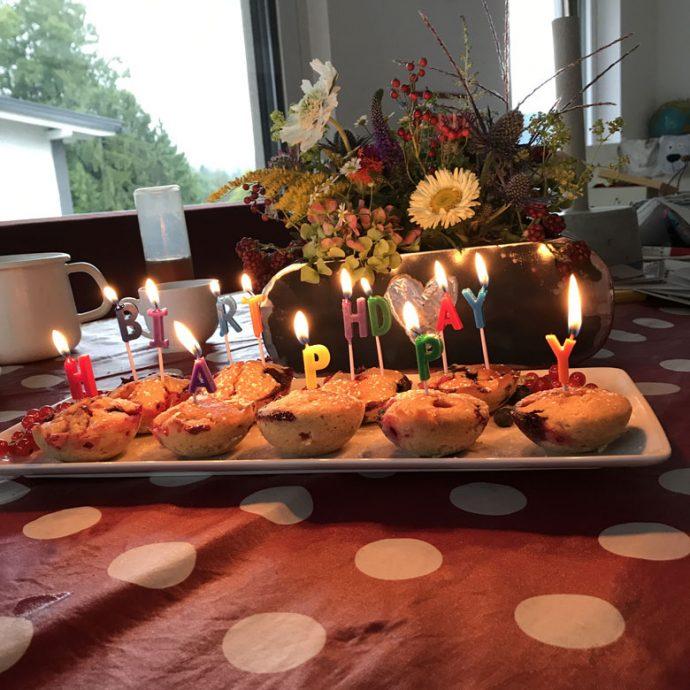 Buttermilch-Beeren Muffins als Geburtstagskuchen