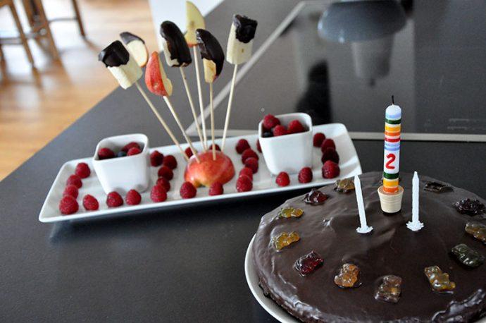 einfach dekorierter glutenfreier Schokoladekuchen