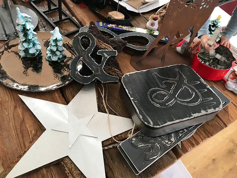 Retro Schilder, Metall Sterne und diverse andere Dekorationselemente werden heuer das Haus No.6 zieren