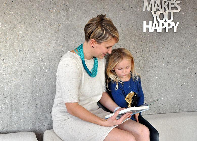 Vorlesen mit Madame auf der Couch