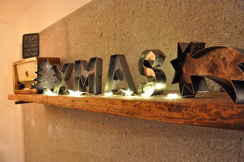 """weihnachtlicher Metall Deko Schriftzug """"XMAS"""" von Feinrost im Hausnummersechs"""
