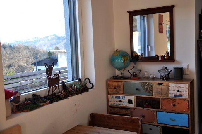 Fensterbank Waldtiere und Waldmaterial als Weihnachtsdekoration