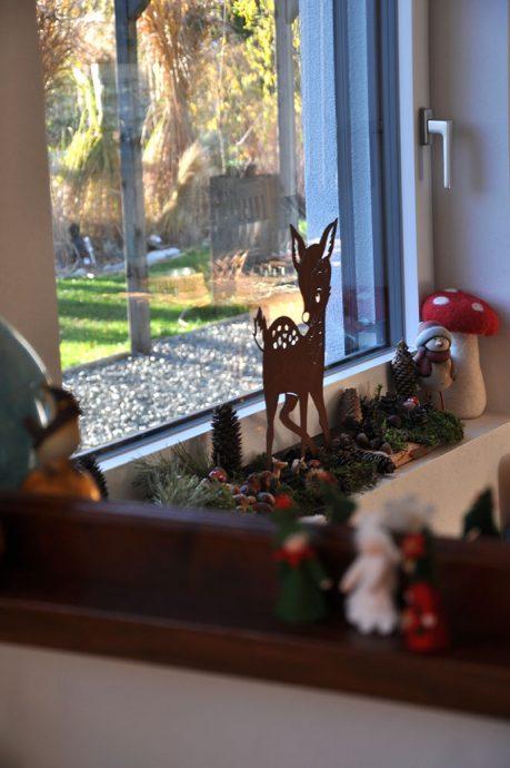 Waldtiere und Waldmaterial als Weihnachtsdekoration