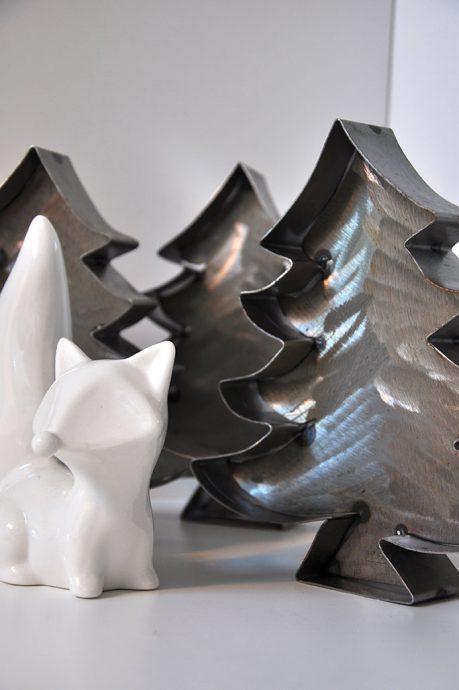 Fuchs zwischen Feinrost Metall Bäumen