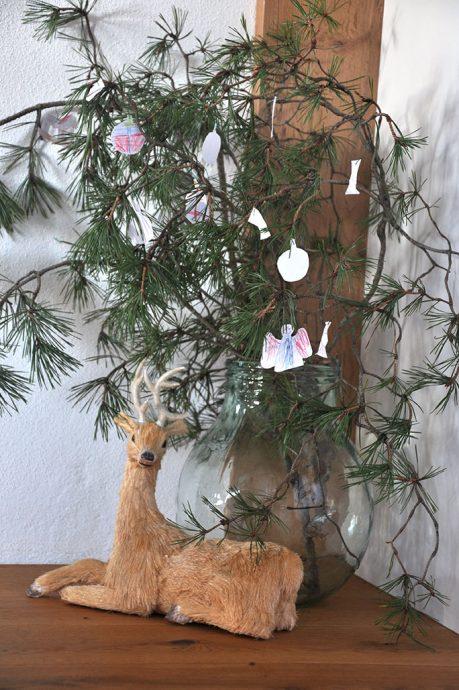 Reh unter dem Kinderchristbaum